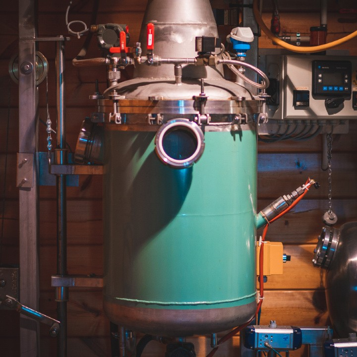 La distillerie Florihana s'est dotée d'une technologie très innovante appelée « flash détente », développée et mise au point au sein même de son laboratoire.